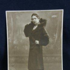 Fotografía antigua: FOTOGRAFÍA RETRATO DE SEÑORA MUJER ABRIGO CUELLO DE PIEL DEDICADA 1932 FOTÓGRAFO FILMGRAMAS 23X17 CM. Lote 44710760