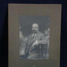 Fotografía antigua: FOTOGRAFIA RETRATO HOMBRE SENDADO CON TRAJE FOTÓGRAFO GIMENEZ CORUÑA DEDICADA 1908. Lote 44724917