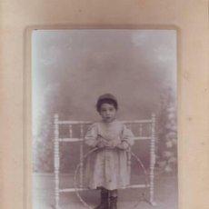 Fotografía antigua: FOTOGRAFIA: NIÑO CON GORRA Y ARO. CARRASCOSA, CONCEPCIÓN JERÓNIMA 3, MADRID.. Lote 44749436