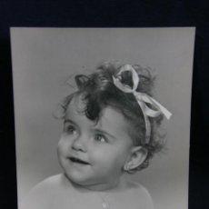 Fotografía antigua: FOTOGRAFÍA RETRATO NIÑA DEDICADA HABANA CUBA 8/9/ 1942 FIRMADA 19 X15 CM. Lote 44755268