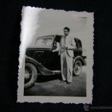 Fotografía antigua: FOTOGRAFÍA RETRATO CABALLERO CON TRAJE Y COCHE CLÁSICO NEGRO 6,5 X 5 CM FOTÓGRAFO VIGO. Lote 44787046