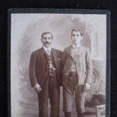 Fotografía antigua: ANTIGUA FOTO PADRE Y HIJO CON SILLA TAMAÑA POSTAL. Lote 44886082