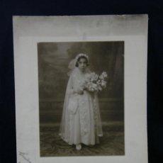 Fotografía antigua: FOTOGRAFÍA BLANCO Y NEGRO RETRATO NIÑA COMUNIÓN VESTIDO RAMO FLORES FOTÓGRAFO SEVILLA 1931 38X27 CM. Lote 45148503
