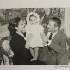 Fotografía antigua: FOTOGRAFIA DE LOS MARQUESES DE VILLAVERDE CON SU HIJA CARMEN MARTINEZ BORDIU 1951. Lote 45176352