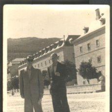 Fotografía antigua: SEÑORES EN EL MONASTERIO DEL ESCORIAL. Lote 46126145