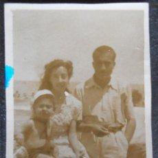 Fotografía antigua: (4817)FOTOGRAFIA 7X4 CM APRO,GRUPO FAMILIAR,PLAYA DE LAS ARENAS,VALENCIA 1946,CONSERVACION,VER FOTOS. Lote 46188189