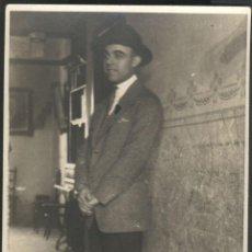 Fotografía antigua: SEÑOR EN EL PASILLO DE CASA. Lote 46331084