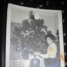 Fotografía antigua: FOTO AÑOS 50 ARBOL DE NAVIDAD EN ALICANTE DE CARMEN SANTAOLYA FOTOS GALO. Lote 46372682