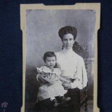 Fotografía antigua: MUJER MADRE CON BEBE EN BRAZOS PEINADO TOCADO BLUSA CUELLO VESTIDO J. PEÑAS SEVILLA 10X6,5CMS. Lote 46668224