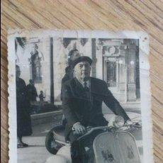 Fotografía antigua: ANTIGUA FOTOGRAFIA DE ANCIANO CON VESPA SCOOTER SIMILAR A LAMBRETTA . Lote 46726861