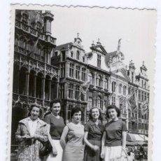Fotografía antigua: SEÑORITAS EN GRAND PLACE (BRUSELAS) - 1958. Lote 46738908
