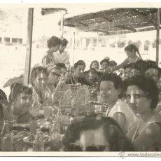Fotografía antigua: == G1332 - FOTOGRAFIA - GRUPO DE GENTE COMIENDO EN UN MERENDERO. Lote 46951454