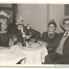 Fotografía antigua: == G1390 - FOTOGRAFIA - AMIGOS EN UNA FIESTA DE NOCHE VIEJA - VALENCIA 1962. Lote 46956044