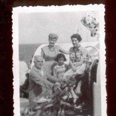 Fotografía antigua: FOTOGRAFIA FAMILIAR. CALCULO AÑOS 60.. Lote 47017661
