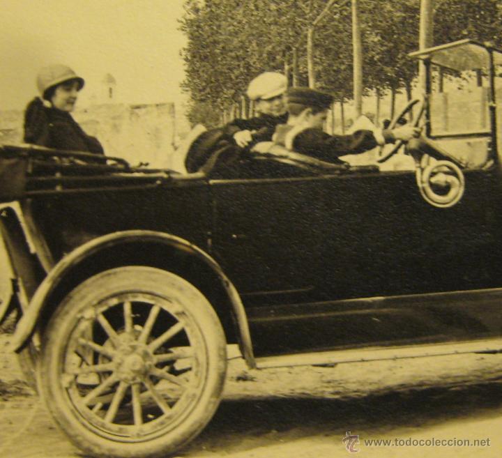Fotografía antigua: AUTOMOVIL CONDUCIDO POR UN NIÑO. CARRETERA DE SITGES. 8,2X 13,7 CM - Foto 2 - 47325311
