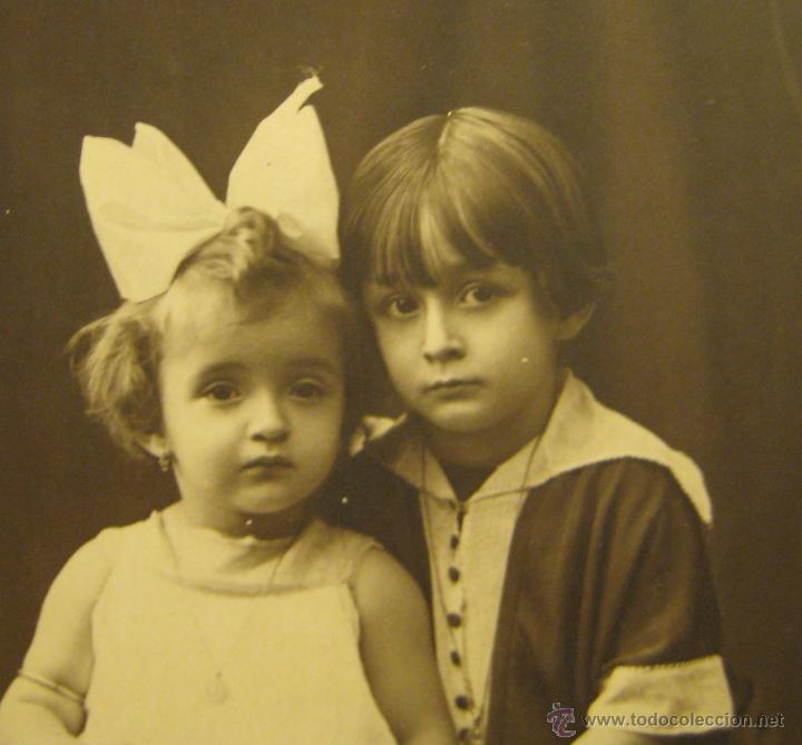 Fotografía antigua: RETRATO DE DOS NIÑAS. FOTOGRAFO RENOM. BARCELONA. 13,5 X 8,8 CM - Foto 3 - 47325824