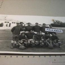 Fotografía antigua: FOTOGRAFIA ORIGINAL: EQUIPO DE FUTBOL ?? EN EL CAMPO DE PISCINAS SEVILLA (FOTO PEÑA) . Lote 47786880