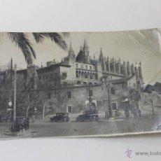 Fotografía antigua: FOTO CATEDRAL PALMA MALLORCA, CON COCHES Y PERSONAJES AÑOS 1920. Lote 48051732