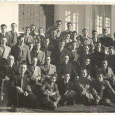 Fotografía antigua: ** C867 - FOTOGRAFIA - GRAN GRUPO DE HOMBRES Y JOVENES CON UN SACERDOTE - FOTO VELOZ . Lote 48367563