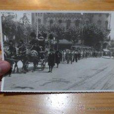 Fotografía antigua: ANTIGUA FOTO DE BARCELONA CON CARRETA CON MILITARES ? Y TRANVIA. Lote 48721174