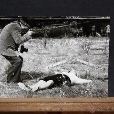 Fotografía antigua: FOTOGRAFIA DE JORDI REINOSO VALERO. AÑOS 60. MODELO POSANDO. MEDIDAS 17,7 CM. X 24 CM.. Lote 48897566