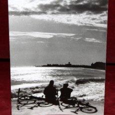 Fotografía antigua: FOTOGRAFIA DE JORDI REINOSO. AÑOS 60. PERSONAJES EN LA PLAYA. MEDIDAS 16,5 CM. X 12,4 CM.. Lote 48898215