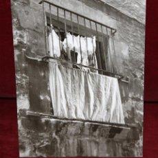 Fotografía antigua: FOTOGRAFIA DE LOS AÑOS 60. AUTOR ANONIMO. VISTA DE UNA FACHADA. MEDIDAS 23 CM. X 17 CM.. Lote 48953092