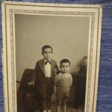 Fotografía antigua: ANTIGUA FOTOGRAFÍA DE ESTUDIO. FOTOGRAFO A. GURI - VALLS. 11.5 X 17 CM.. Lote 49049656