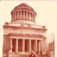 Fotografía antigua: == G1434 - FOTOGRAFIA - SEÑORA DELANTE DEL GRANT NATIONAL MEMORIAL - NUEVA YORK. Lote 49380948