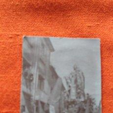 Fotografía antigua: FOTOGRAFIA POSTAL VIRGEN DOLOROSA SALZILLO Y NAZARENOS EN PROCESION. Lote 49783144