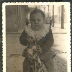 Fotografía antigua: NIÑO SOBRE CABALLO DE JUGUETE. Lote 49876787