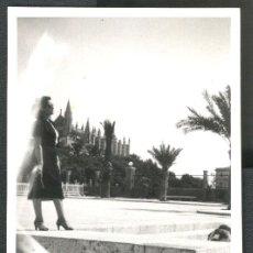 Fotografía antigua: PALMA DE MALLORCA - SEÑORITA POSANDO. Lote 50017410