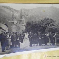 Fotografía antigua: FOTOGRAFÍA ANTIGUA DE BODA EN COVADONGA,ASTURIAS,AÑOS 50,BUEN TAMAÑO. Lote 50520696