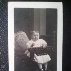 Fotografía antigua: TARJETA POSTAL ANTIGUA DE ESTUDIO DE UNA NIÑA 1916 BARCELONA. Lote 50542459