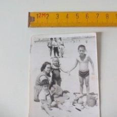 Fotografía antigua: FOTOGRAFÍA ANTIGUA DE LOS AÑOS 50, NIÑOS EN LA PLAYA. FOTO ANTIGUA.. Lote 51109817
