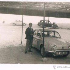 Fotografía antigua: DOS DAUPHINE FRENTE AL MAR. MATRICULA M- 280.000. Lote 51627565