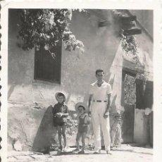 Fotografía antigua: ** H137 - FOTOGRAFIA - CHICO JOVEN CON DOS NIÑOS. Lote 51637137
