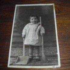 Fotografia antica: FOTO NIÑO CON ESCOBA Y OTROS UTENSILIOS LIMPIEZA ANTIGUA JUGUETES. Lote 52490404