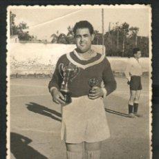 Fotografía antigua: JUGADOR DE FUTBOL - FOTO: V. IZQUIERDO - VALENCIA. Lote 52527580