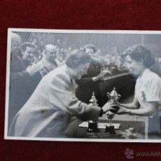 Fotografía antigua: FOTO PILAR PRIMO DE RIVERA, EN LA ENTREGA DE TROFEOS A FLECHAS SECCION FEMENINA AÑOS 50. Lote 52966424
