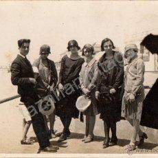 Fotografía antigua: CHIPIONA, AÑOS 20, GRUPO DE JOVENES, AL FONDO EL FARO. Lote 221931436