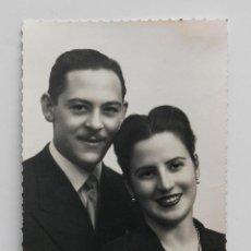 Fotografía antigua: RETRATO DE MATRIMONIO EN ESTUDIO, AÑOS 40. FOTO SKOGLER, ZARAGOZA. 9 X 14 CM. Lote 53601863