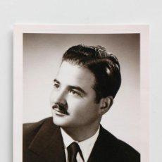 Fotografía antigua: RETRATO DE ESTUDIO DE CABALLERO CON BIGOTE. 8 X 11 CM- 1956. Lote 53682591