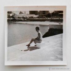 Fotografía antigua: MUJER CON MOÑO SENTADA EN UN POYETE. AÑOS 60. Lote 53808080