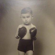 Fotografía antigua: PRECIOSA FOTOGRAFÍA DE NIÑO BOXEADOR - AÑOS 60 - GRAN TAMAÑO. Lote 53944769