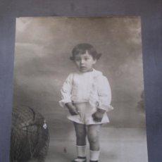 Fotografía antigua: FOTO O FOTOGRAFIA ANTIGUA, NIÑA O NIÑO CON BALON, FOTOGRAFO LLOPIS, VALENCIA, GRAN TAMAÑO. Lote 53986576