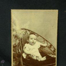 Fotografía antigua: FOTOGRAFIA ANTIGUA CHUTE & BROOKS BUENOS AIRES ARGENTINA BEBE EN BUTACA MIMBRE 16,3X10,7CMS. Lote 54128278