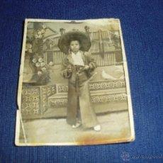 Fotografía antigua: FOTO NIÑO VESTIDO MEXICANO Y PISTOLAS. Lote 54152362