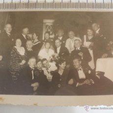 Fotografía antigua: ANTIGUA FOTOGRAFÍA DE GRUPO DE PERSONAS EN UNA BODA O CASAMIENTO. FOTO. Lote 54954147