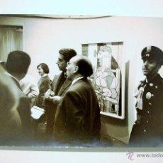 Fotografía antigua: PHOTOGRAPH BY DAVID DOUGLAS DUNCAN. EXPOSICIÓN DE PICASSO EN LA SALA GASPAR DE BARCELONA EN 1957. Lote 55036948